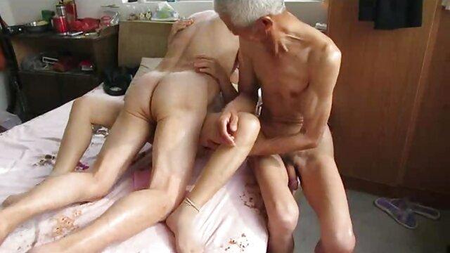 ソファの上で交尾する男性を奨励するために、服で非常に失礼であるあなた 無料 セックス 動画 鈴木 一徹